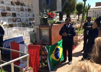 El Dr. Waldemar José Cerrón Rojas, Presidente del VIII Congreso, recuerda a Jaime Cerrón Palomino en un homenaje en el cementerio local.